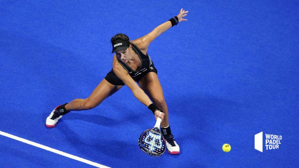 Marta Marrero voleando en las semifinales del WPT Estrella Damm Alicante Open. Foto: www.worldpadeltour.com