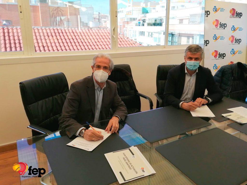 Firma del convenio de pádel adaptado en la FEP